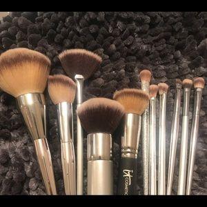 I t cosmetics brushes